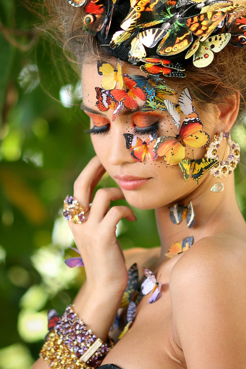 Femme - fleur   ...   et femme aux papillons  !