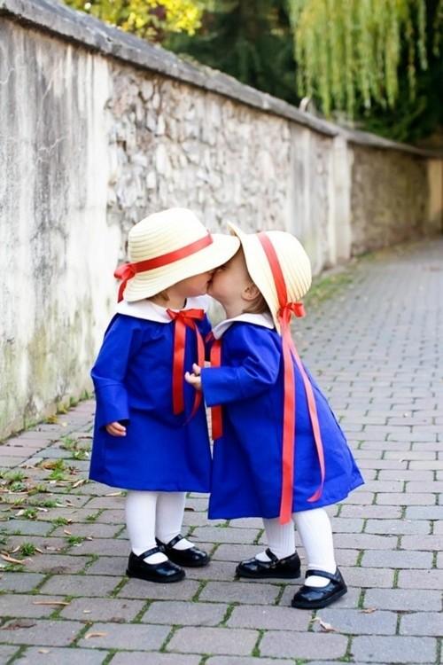 Adorables petites filles   ...   quelle tendresse  !