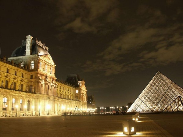 Paris By Night  ...   la Pyramide du Louvre !