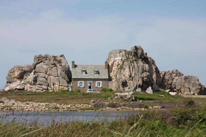 Castel meur la petite maison entre les rochers - Maison entre les rochers ...
